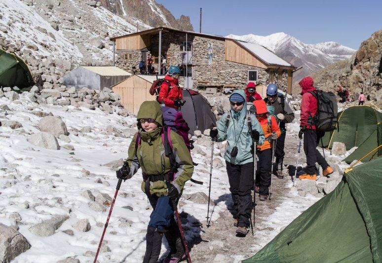группа выходит на маршрут (альплагерь Ала-Арча)