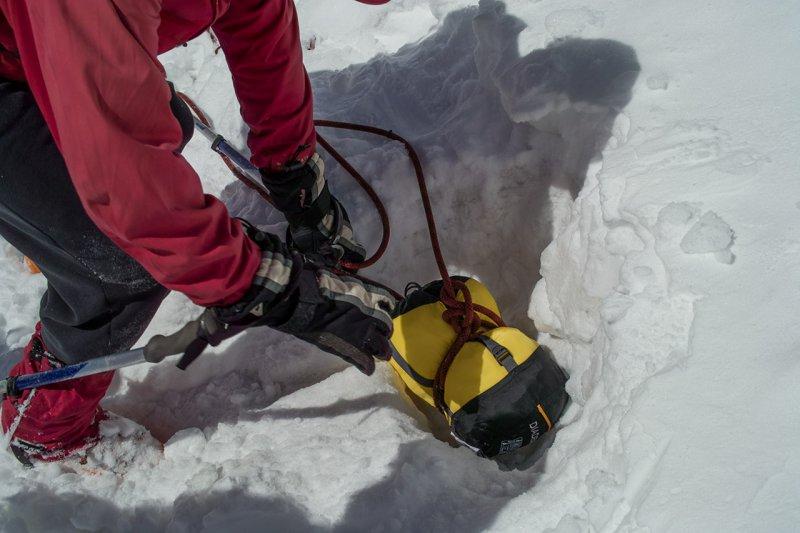 делаем снежный якорь (альплагерь Ала-Арча)