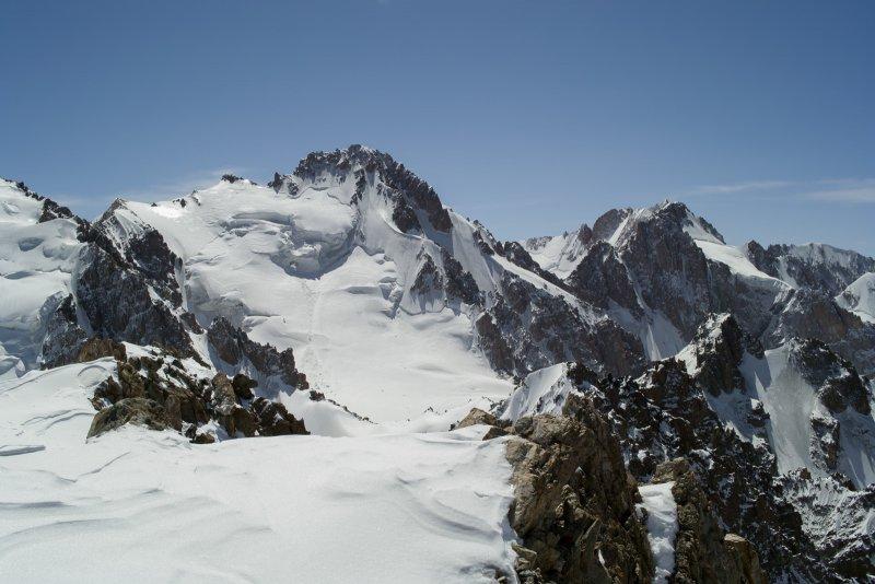 Вид на пик Семенова-Тянь-Шаньского (4875 метров)