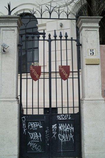 забавные ворота в Риме