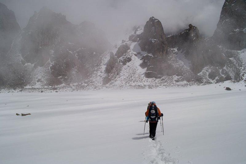 Переход по леднику в туман.