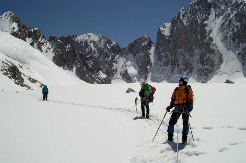 идем связками на Аксайском леднике (альплагерь Ала-Арча)