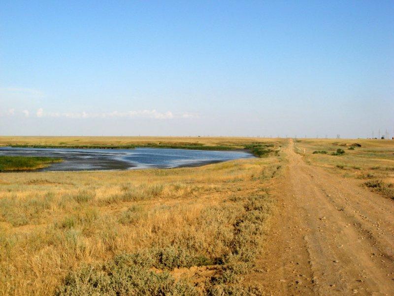 Дорога и озеро в Калмыкии