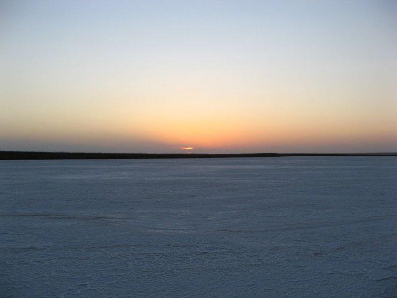 Закат на соленом озере в южной Калмыкии