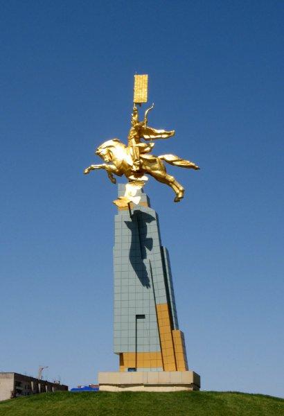 Памятник монгольскому воину