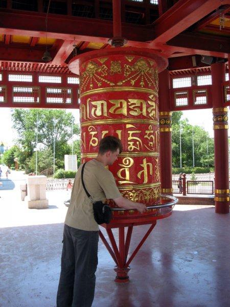 Молитвенный барабан на центральной площади Элисты