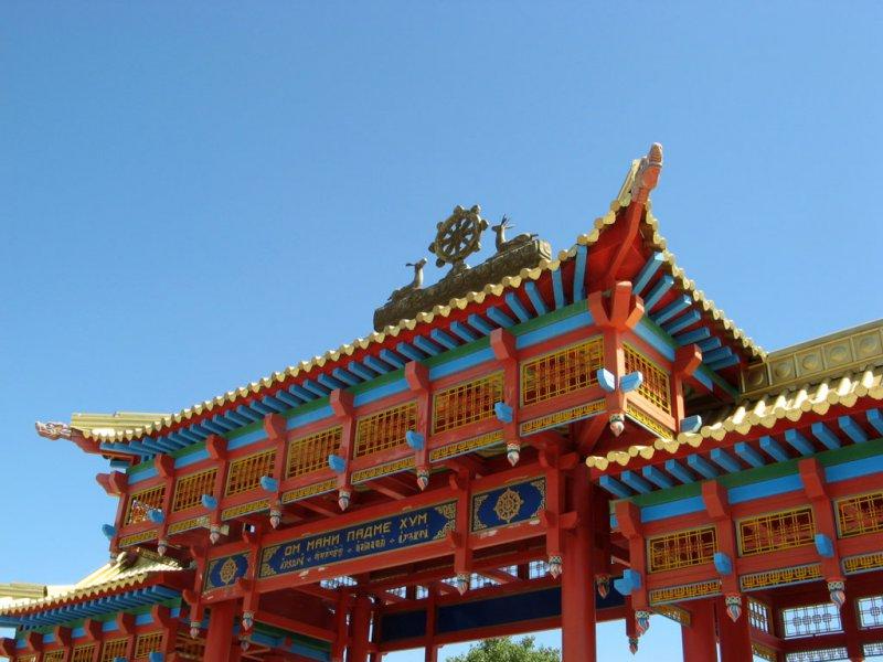Главные ворота хурула «Золотая обитель Будды Шакьямуни»