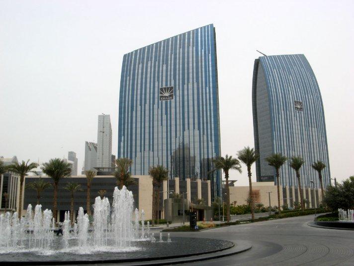 рядом с башней Бурдж Халифа