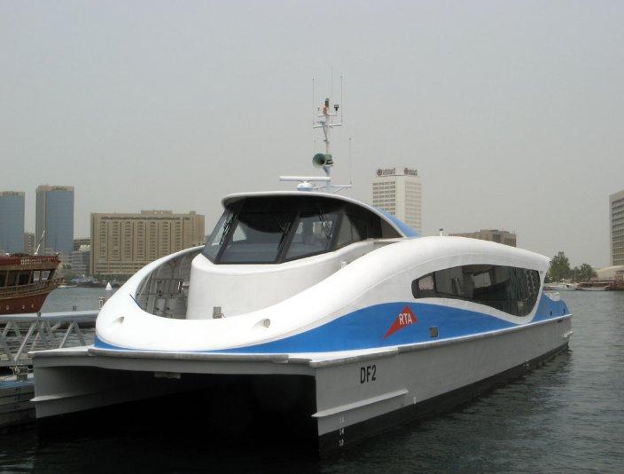 транспорт на набережной Dubai Creek