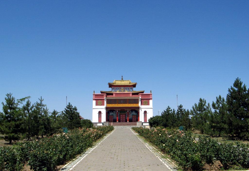 Аллея роз перед храмом Сякюсен-сюме